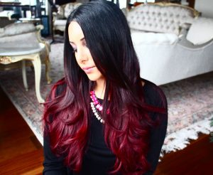 Mechas rojas en pelo oscuro