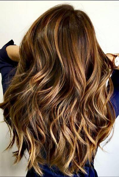 cabello con mechas rubias