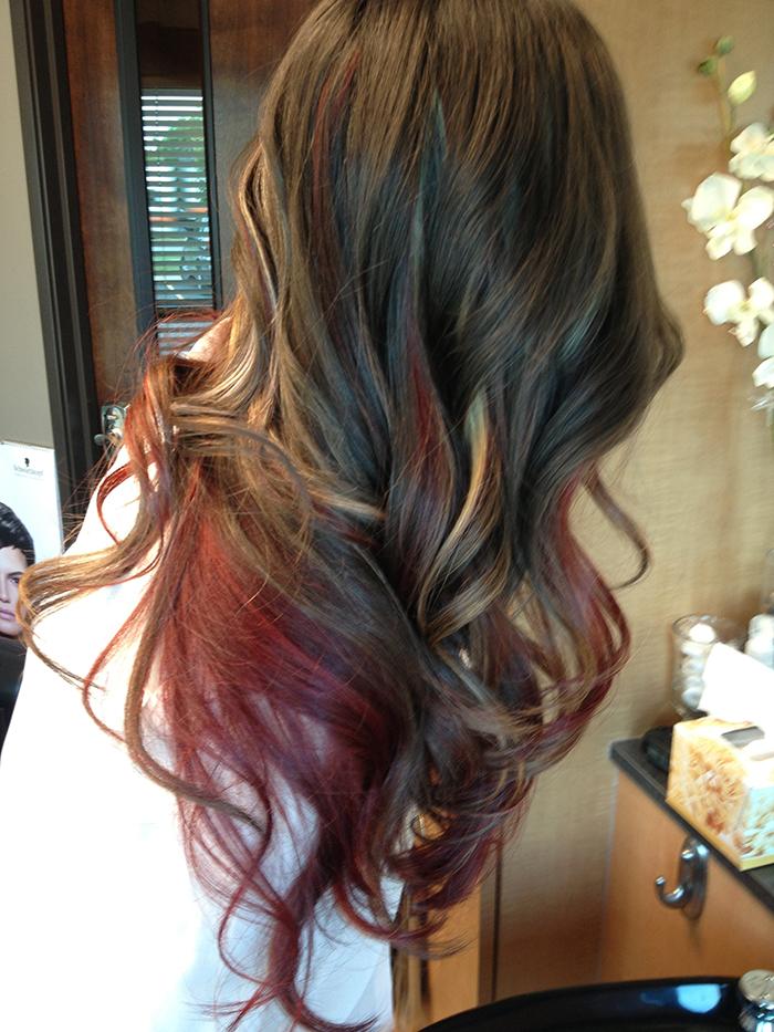 mechas rojas en cabello castaño