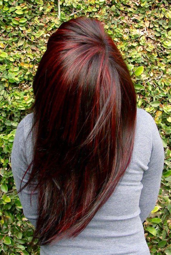 mechas rojas en cabello largo