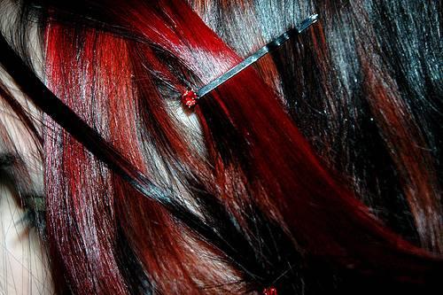 mechas rojas en cabello negro oscuro