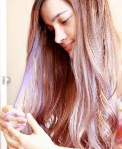 mechas rojas en cabello rubio