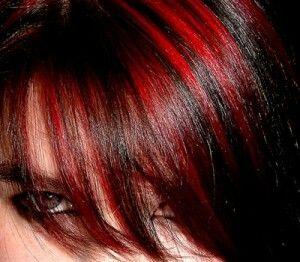 pelo con mechas rojas