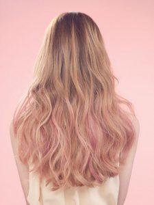 mechas rosas cabello rizado