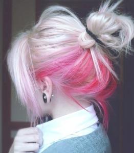 mechas rosas en cabello rubio