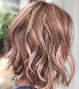mechas rosas en cabello corto