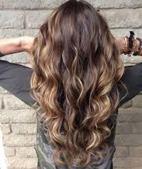pelo castaño claro con mechas rubias