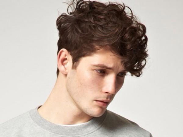peinados faciles para hombres con cabello ondulado o rizado