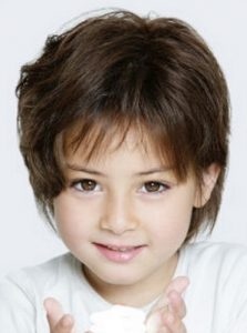Nina con pelo corto rizado