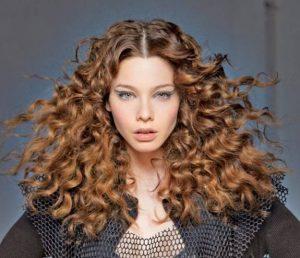 cortes de pelo rizado con flequillo abierto